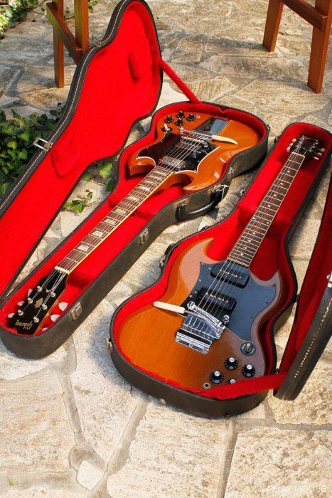 ケースに入ったSGギター
