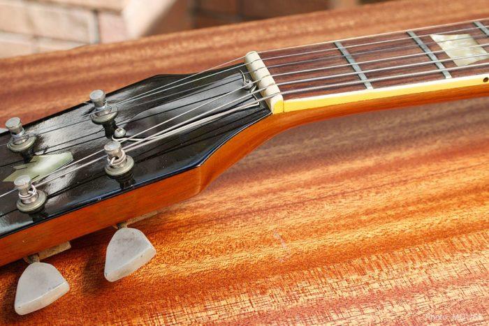 美しいマホガニーのギターメンテナンス・テーブル
