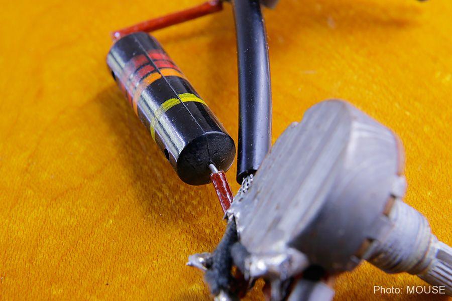 配線にかぶせられたビニールチューブ