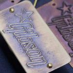 Gibsonの証 – ブラウンハードケースのロゴバッジ