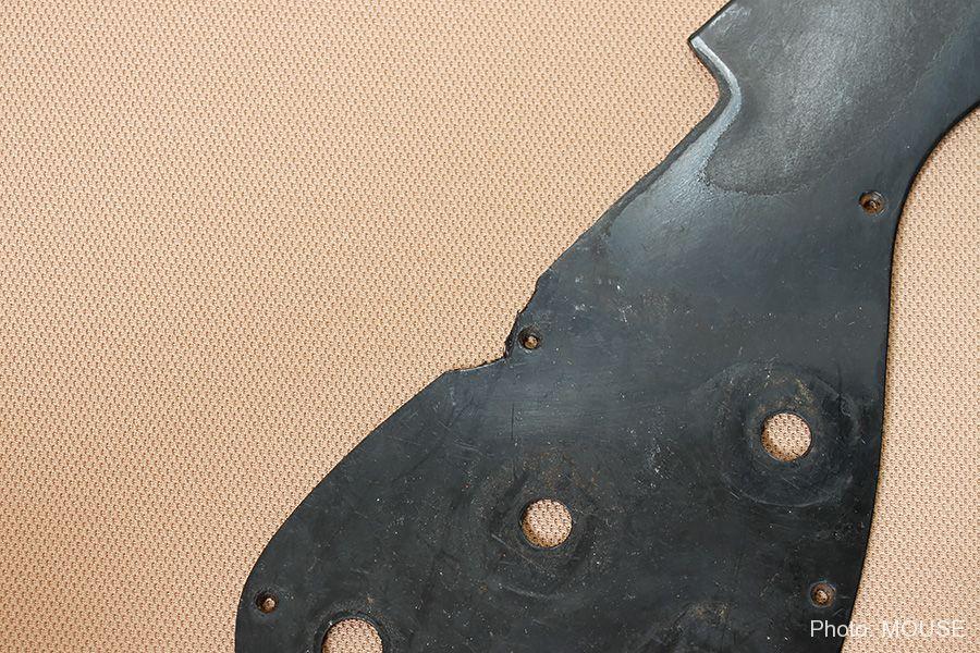 ピックアップ搭載のために切り取られたピックガード