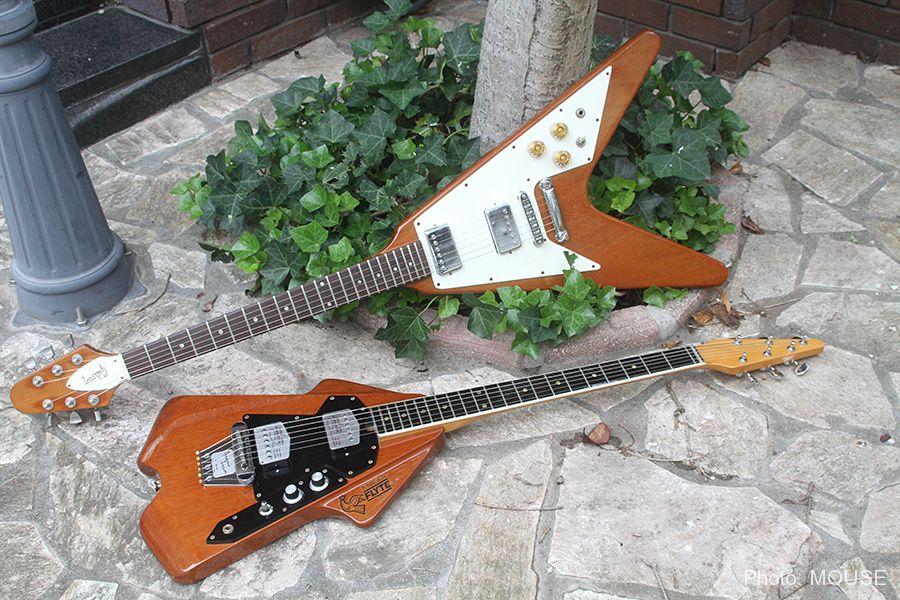 ナチュラルカラーのフライトギターとフライングV