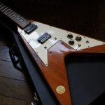 1974年のフライングVを改造してチェリー・メダリオンVを復刻