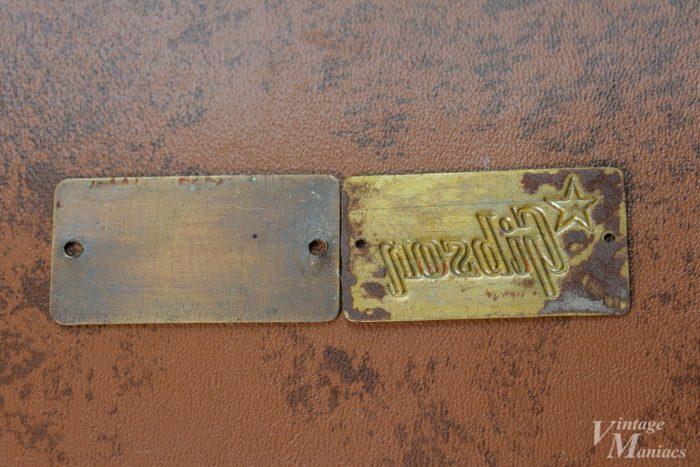 リイシューケースのバッジは裏面が平ら