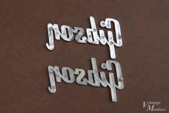 同じ金型から作られた82年と59年のレイズドロゴ