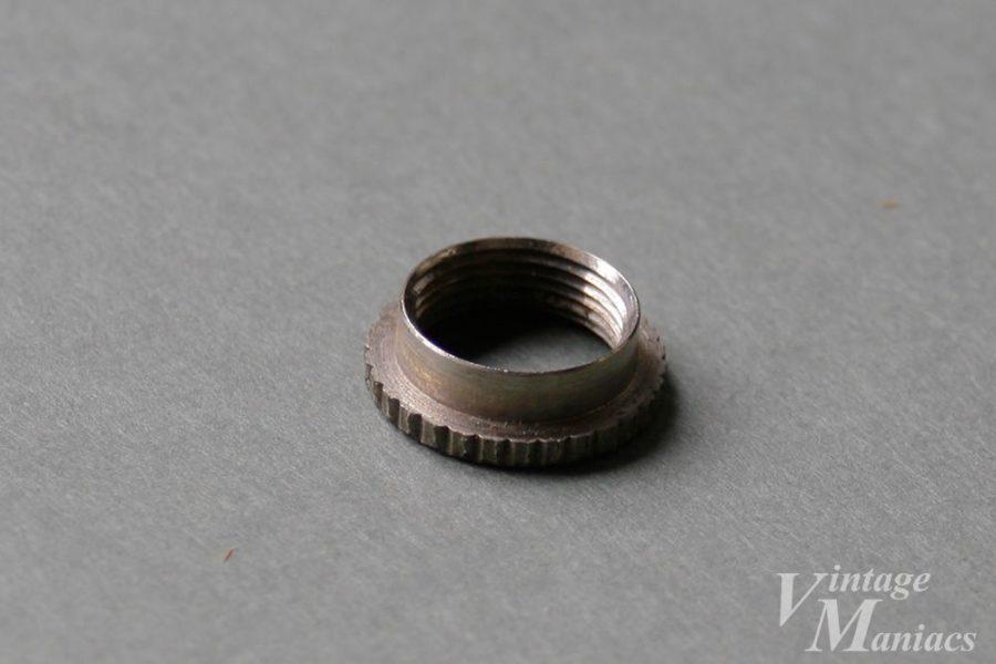 裏から見たスイッチプレートの金属ナット