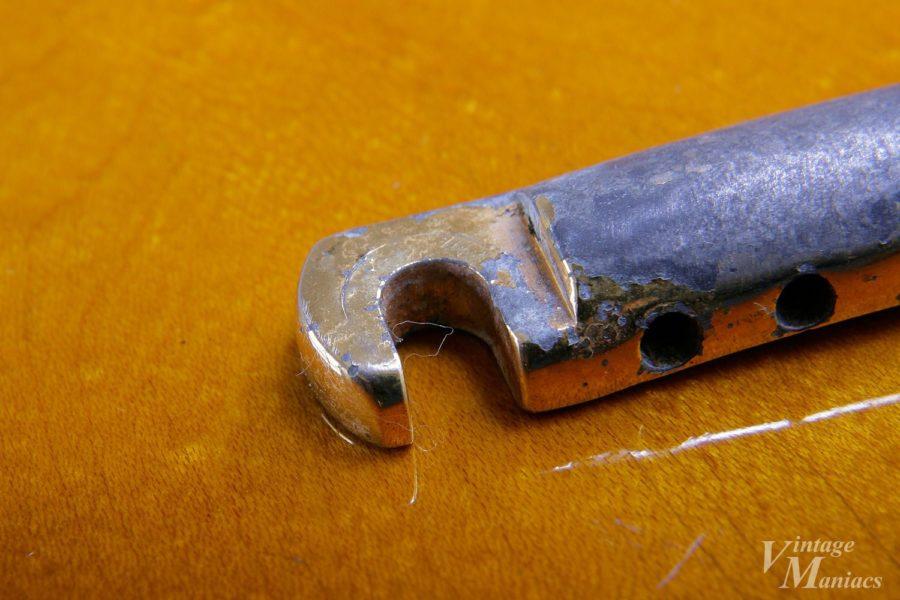 ゴールドのテールピースのフック部分