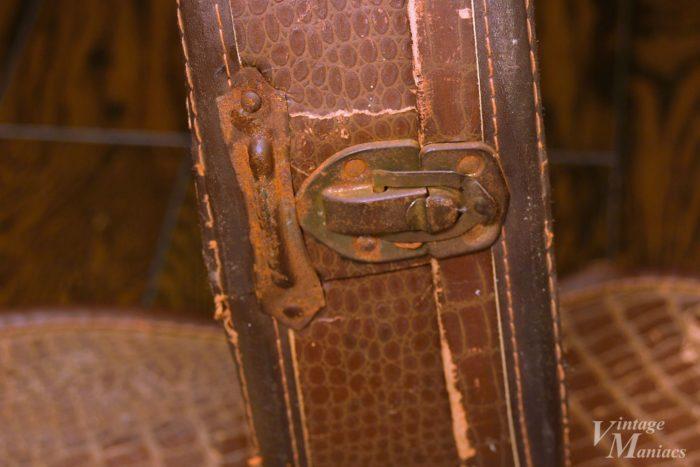 ブラウンケース同様の底面金具が取り付けられたチップボードケース