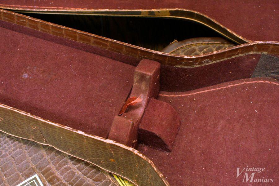 レスポール用チップボードケースの内側にあるネック部分のサポート
