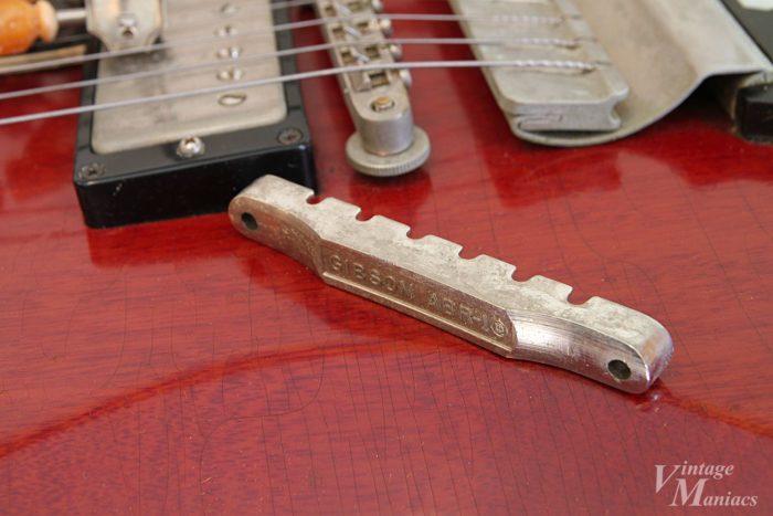 シェイブド・ボトムのABR-1とショートヴァイブローラが取り付けられたギター