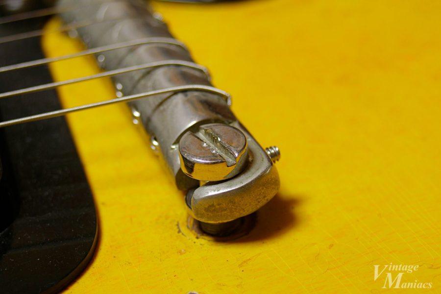 スタッドボルトのネジ頭の溝の深さは中心から外側に向かって浅くなっている