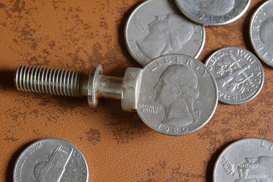 コインがフィットするヴィンテージのスタッドボルト