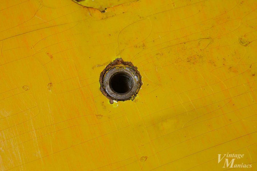 ギターのボディに埋め込まれたスタッドボルトのアンカー