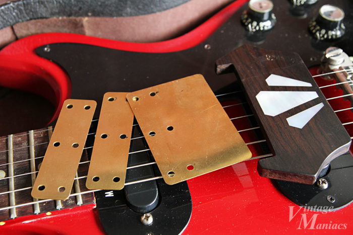 メロディーメーカーの弦の上に置いたエボニーブロックとブラスプレート