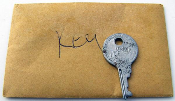 ハードケースのキーと封筒
