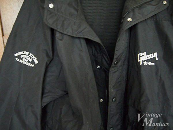 左胸と肩にあるロゴの刺繍
