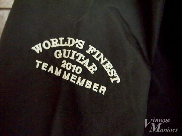 肩のWORLD FINEST GUITAR 2010 TEAM MEMBERの刺繍