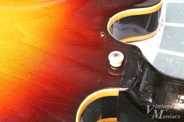 ギブソンの樹脂製のチープなストラップボタン