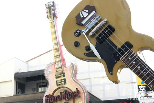 Gibson Les Paul Special TV Yellowとハードロックカフェの看板