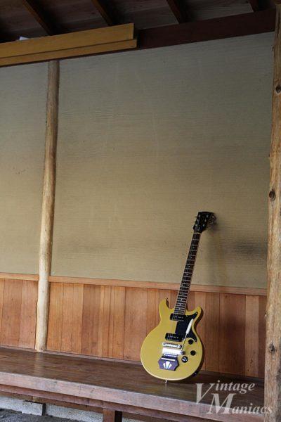 エボニーブロックとヴァイブローラを搭載したLes Paul Special TV Yellow