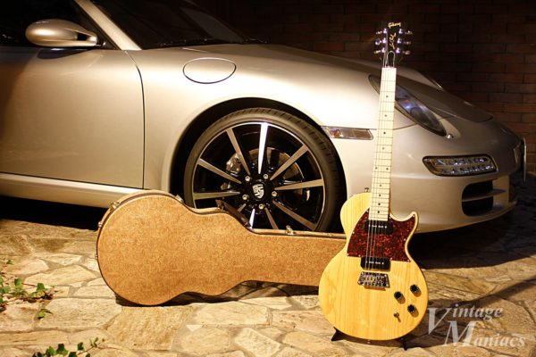 愛用する車とギターを一緒に撮影
