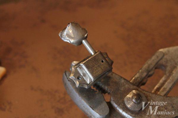 溶けかかった金属のペグボタン
