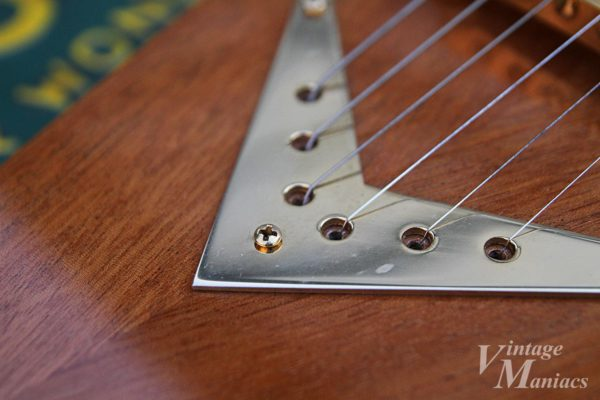 リバース・フライングVの弦を通す金属プレート
