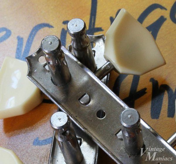 しっかりした作りのキーストーン型3連ペグ