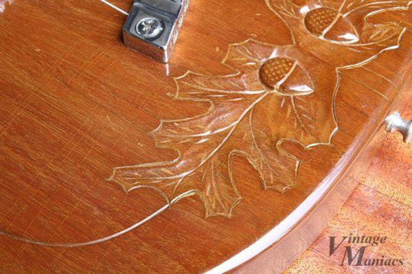 ギターのボディに施された彫刻