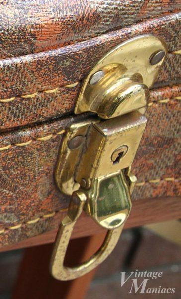 厚いメッキが施されたギターケースのゴールド金具