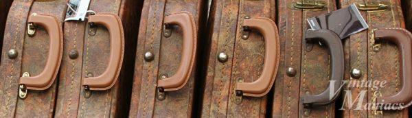 ケースハンドルの間にある足の金具