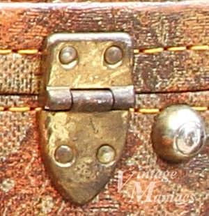 重厚なヒンジのゴールドパーツ