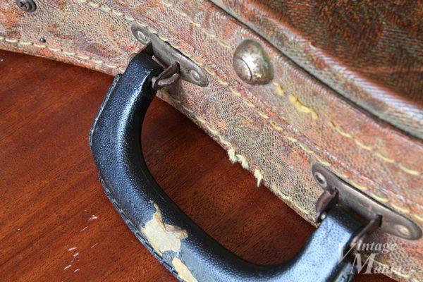 鉄の棒で固定されたギターケースのハンドル