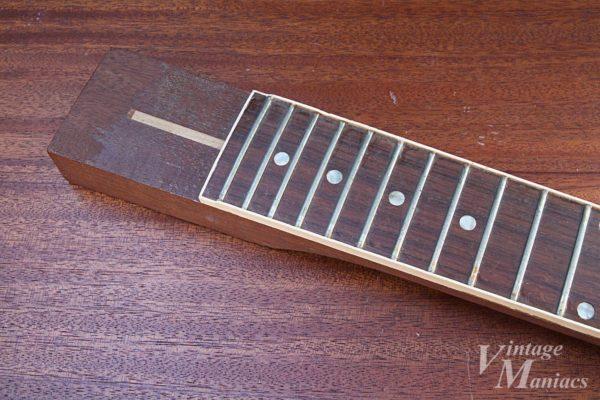 加工中のギブソン・ギターの指板