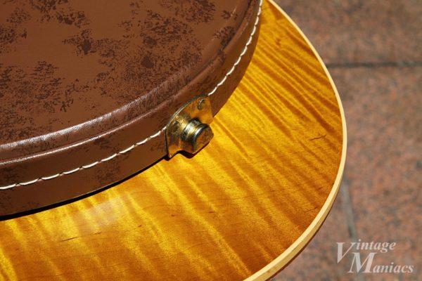 ケース金具がギターに当たる様子