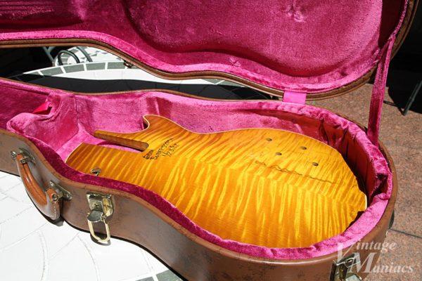 ギターケースに収まったメイプルトップ