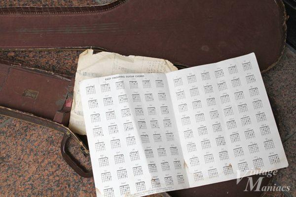 ヴィンテージギターのケースに入っていたコードチャート