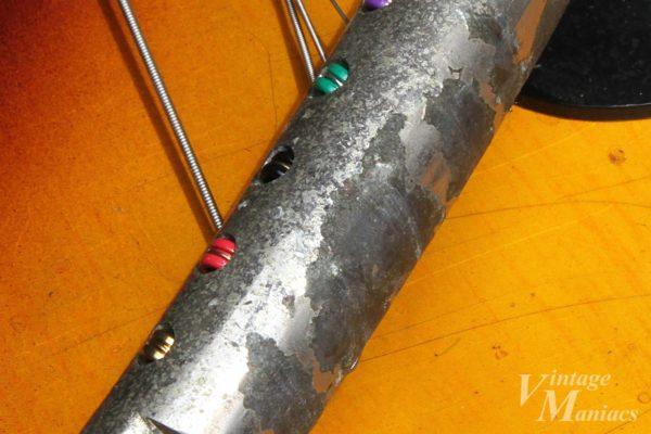 ヴィンテージのテールピース特有のメッキの剥がれ