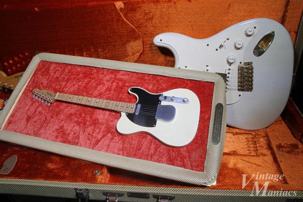 ミニチュアのテレキャスターと実物のギター