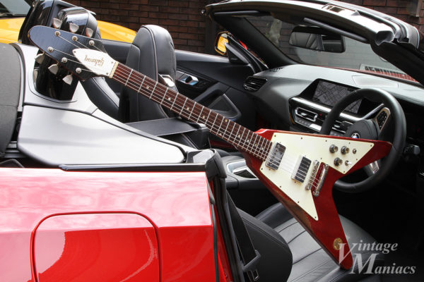 BMW Z4の車内に置いたGibson Flying V