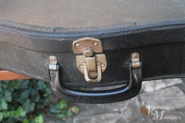 チープな素材とハンドルのケース