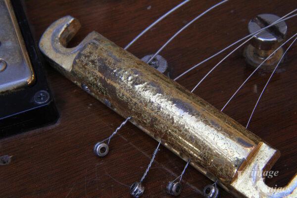 独特の錆び方をしたゴールド・テールピース