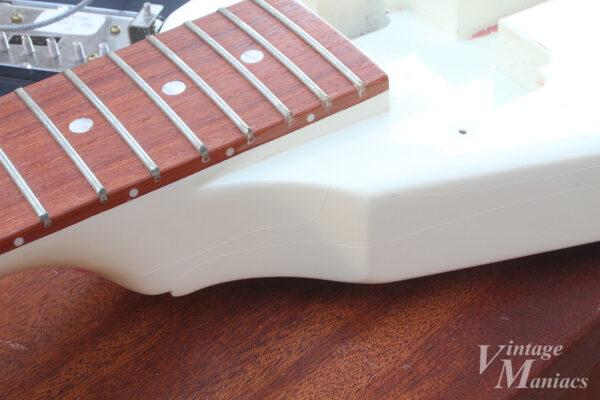 フライングVのネックまわりの塗装クラック