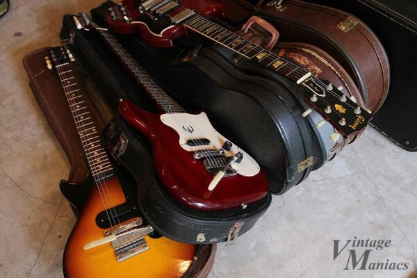 ガレージにあるいろいろなギターとケース