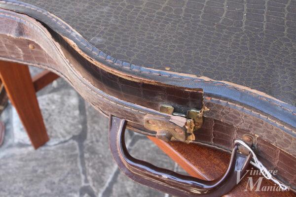 縫い目がほどけて壊れたギターケース