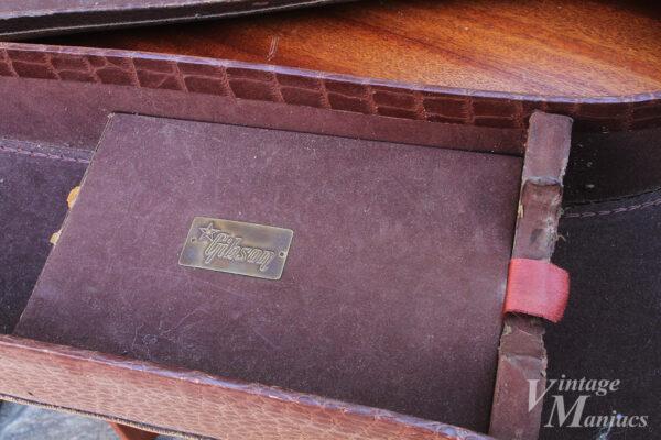 Gibsonバッジがキレイに残っているチップボードケース