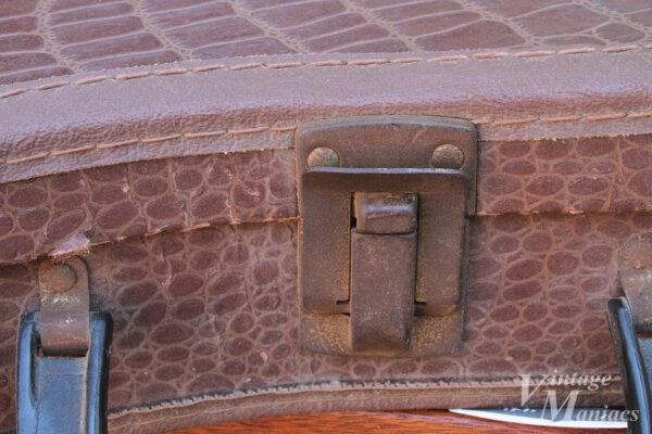 ギターケースの錆びた金具