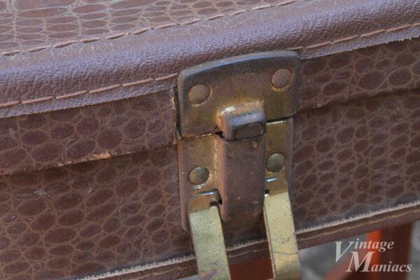 アリゲーター柄チップボードケースの金具