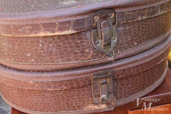 2種類の金具があるチップボードケース