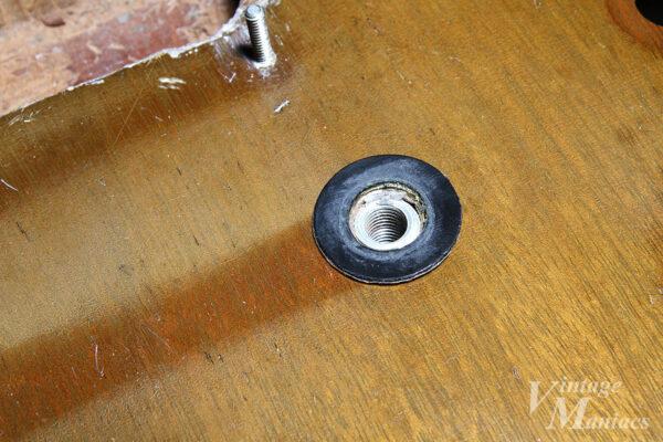 スタッドボルトの穴のまわりのカバー